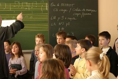 chœur de formation musicale - 9 Classes d'IM1 et IM2 de P. Villedary et P. Sénécal Le chef de chœur est A. Guiot