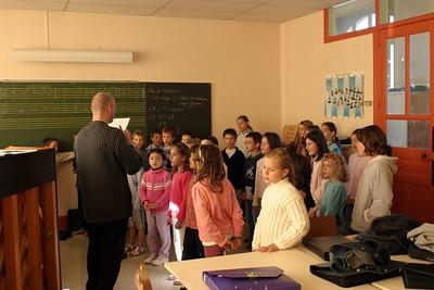 chœur de formation musicale - 4 Classes d'IM1 et IM2 de P. Villedary et P. Sénécal Le chef de chœur est A. Guiot