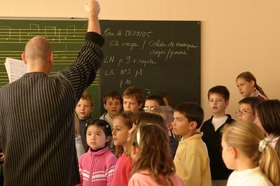 chœur de formation musicale - 5 Classes d'IM1 et IM2 de P. Villedary et P. Sénécal Le chef de chœur est A. Guiot