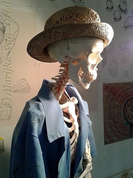 Skelet met kleding