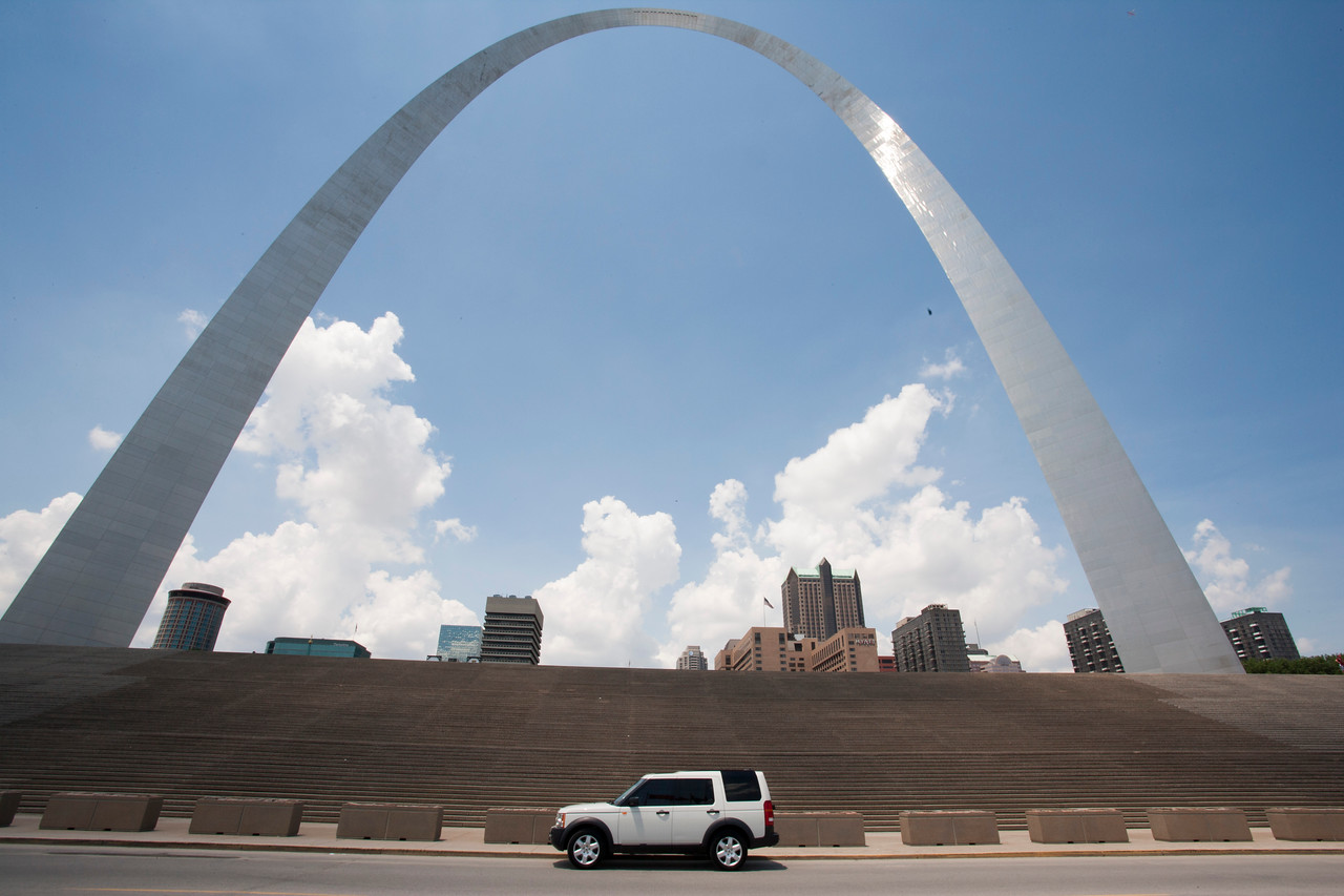 Picked up the 2007 LR3 in Creve Couer and headed to downtown St Louis to see if I could get a picture of the new wheels in front of the arch.....