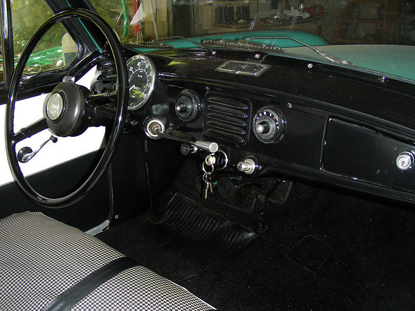 1960 Nash Metropolitan dash with tube radio