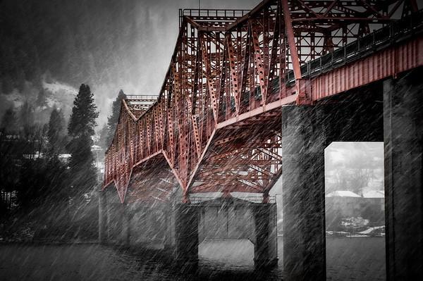 Big Orange Bridge inna Snowstorm