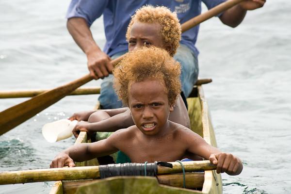 Spielende Papua Kinder am Außenriff