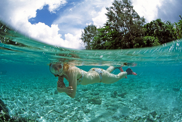 Halb/Halb Aufnahme von Korallen und Insel, Pazifik, Papua Neu Guinea / split image Coral Reef and small islands, Pacific ocean, Papua New Guinea