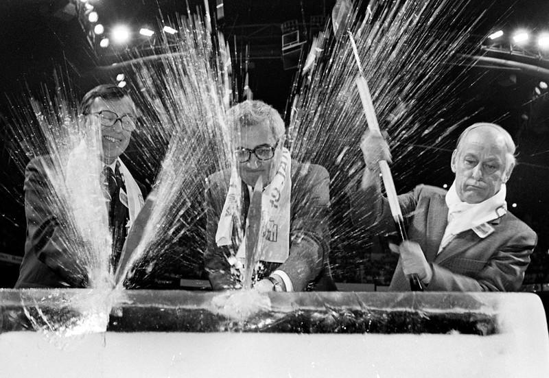 Premier Ministre René Lévesque, Gilles Lamontagne, et le maire de Quebec gilles Pelletier frappe la glace à l'ouverture officielle du Colisée de Quebec rénové. octobre 1980