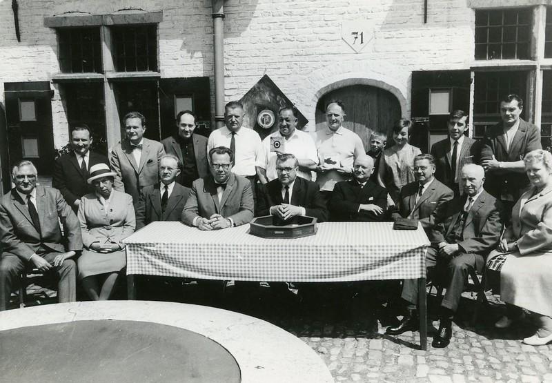 Museum voor Volkskunde: vogelpik- en teerlingbakwedstrijden.