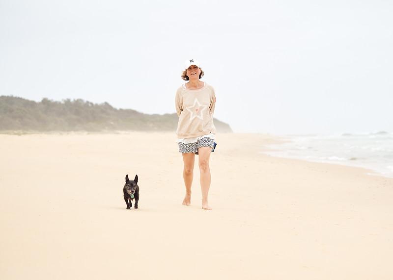 Loiuse n Toto beach walk