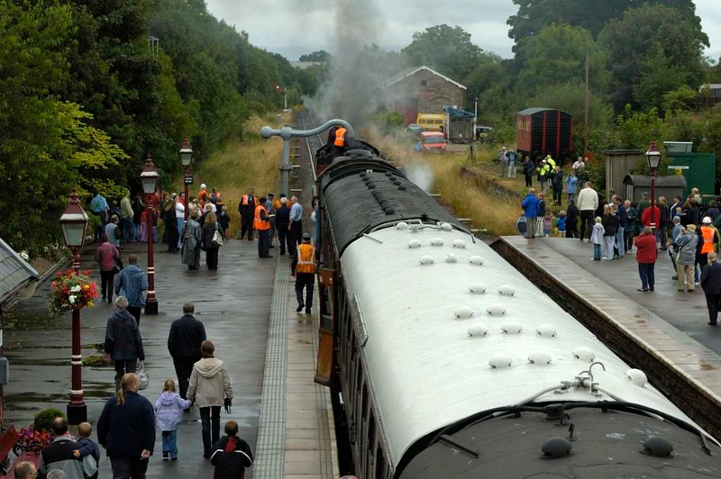 5972 Olton Hall & 48151, Appleby, Sat 30 July 2005 3 - 1725.  Taking water from the column.