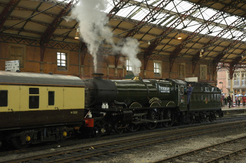 6024 King Edward I, Bristol, Sat 29 January 2005 1 - 1003.  The King propels its support coach 35333 onto the rear of the train.