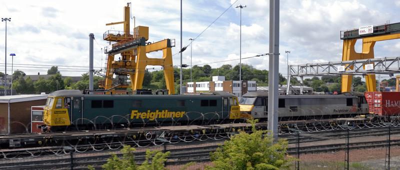 86639 & 90043 Freightliner Coatbridge, 4M74, Coatbridge, Fri 18 June 2010 - 1341     An unusual loco pairing awaits departure with the 1401 Freightliner to Crewe Basford Hall.