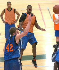 Knicks rookie guard Toney Douglas fires a pass over teammate David Lee during a scrimmage Wednesday at Skidmore College. Ed Burke 9/30/09
