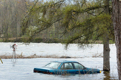 A car sits submerged under water off Route 32 in Stillwater as the Hudson River rose to rapid heights as ooding occurred for the second day. Photo Erica Miller 4/29/11 news_Flooding7_Sat
