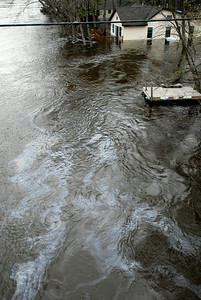 Oil flows down the Hudson River where homes are submerged in the water as flooding occurs, on RIverside Drive. Photo Erica Miller 4/29/11 news_Flooding4_Sat