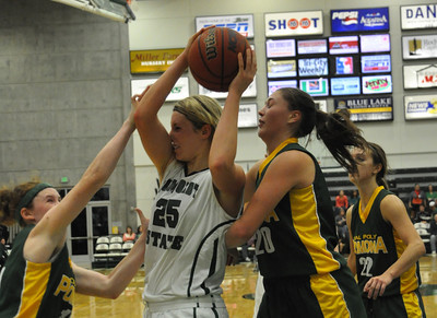 JosŽ Quezada/For the Times-Standard  25 Elle Anderson fights for offensive rebound