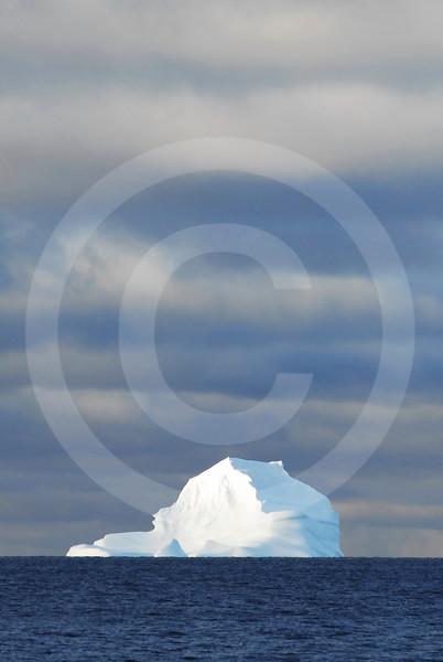 (308) Iceberg drifting in Baffin Bay