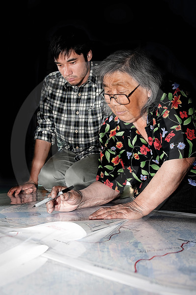 (336) Inuit studying maps and sharing their knowledge of the land with ArcticNet researchers