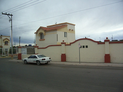 One of the very nice houses in Chihuahua, which we passed on the bus. Beautiful, isn't it?