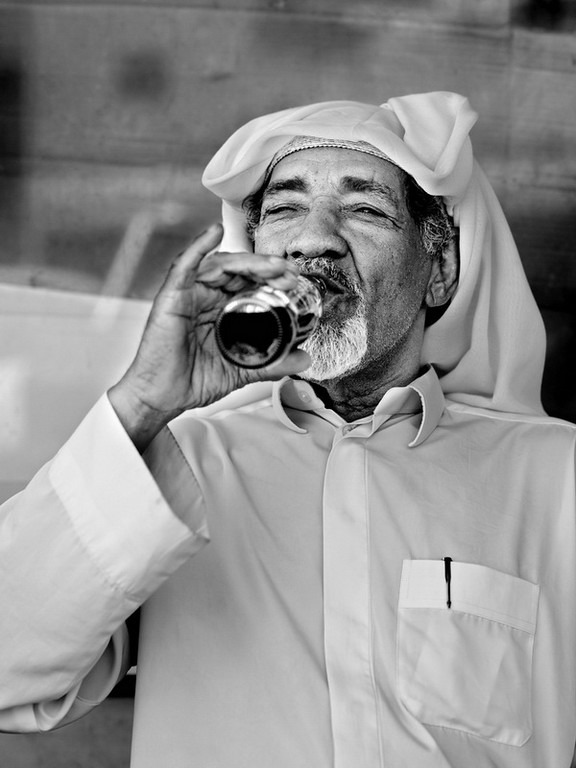 O ocidente e oriente encontram-se no capital do petróleo Saudita: Dammam.<br /> O traje típico deste local contrasta com a caneta Parker e a coca-cola, num país onde o álcool é proibido.<br /> 2013
