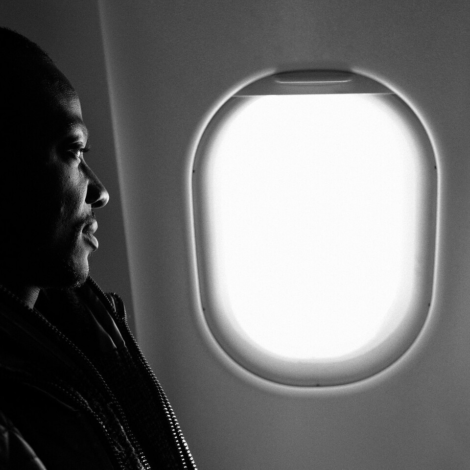 Homem africano em voo com destino à Europa.<br /> As eleições europeias realizadas a 25 de Maio de 2014 deram a vitória ao líder do PPE, Jean-Claude Juncker. É esperado que as políticas de emigração europeias se tornem mais restritivas, o que poderá afectar particularmente o acesso de emigrantes africanos ao continente Europeu.<br /> 2014