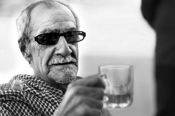 Os mais velhos encontram-se junto ao antigo forte Português em Tarout, Arábia Saudita.<br /> Na ausência de bebidas alcoólicas, a bebida típica partilhada pelos amigos é o chá ou o café arábico.<br /> 2013