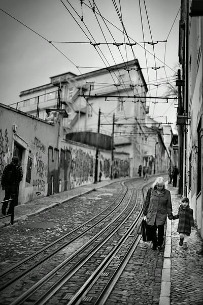 Avó e neta a descem a Calçada da Glória em Lisboa.<br /> Com o agravar da crise financeira em 2012 e 2013, foram muitas as famílias que tiveram que recorrer aos avós para tomar conta dos netos e assim poupar nos preços elevados praticados pelos jardins de infância.