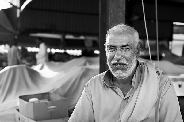 Vendedor de fruta no mercado do peixe.<br /> A vida nestes mercados começa de manhã cedo para fugir ao calor.<br /> 2013