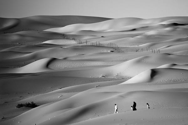 Família a passear pelas dunas na Arábia Saudita.<br /> Nos meses mais frescos do ano - os meses de Inverno - as famílias aproveitam para passear pelo país. A cultura e governo sauditas apoiam fortemente a constituição de famílias, não havendo lugar para indivíduos solteiros.<br /> 2012