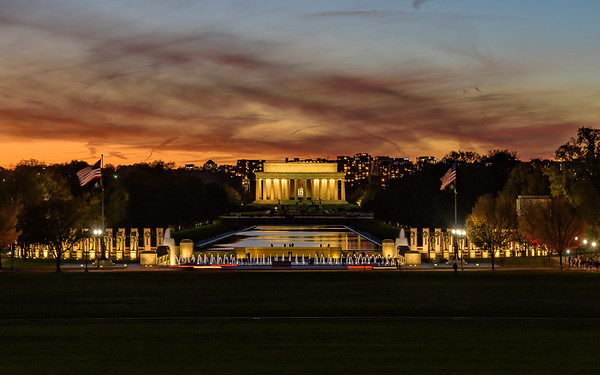 Lincoln Monument & World War II memorial at Blue Hour