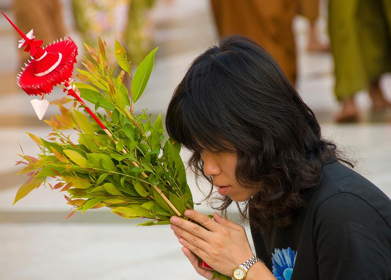 Girl prays w red parasol-BUR_8438