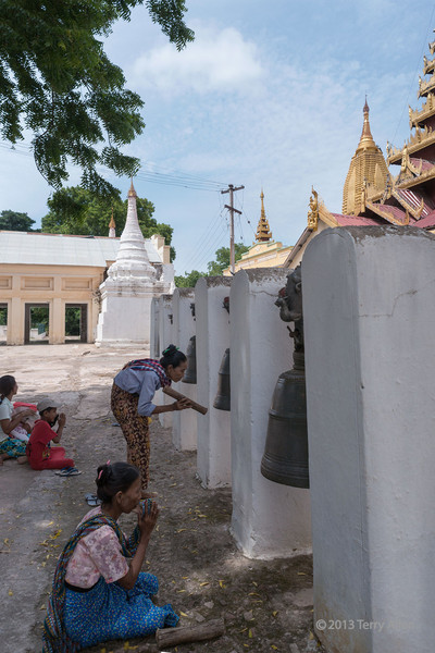 Women praying for favours, Shwezigon Pagoda, Hyuang Oo, Myanmar