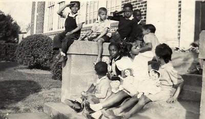 Kids on steps II (01652)