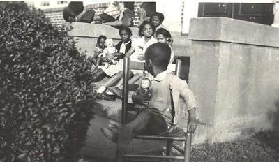 Kids on steps I (01651)
