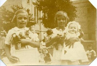 Girls Holding Dolls (02120)