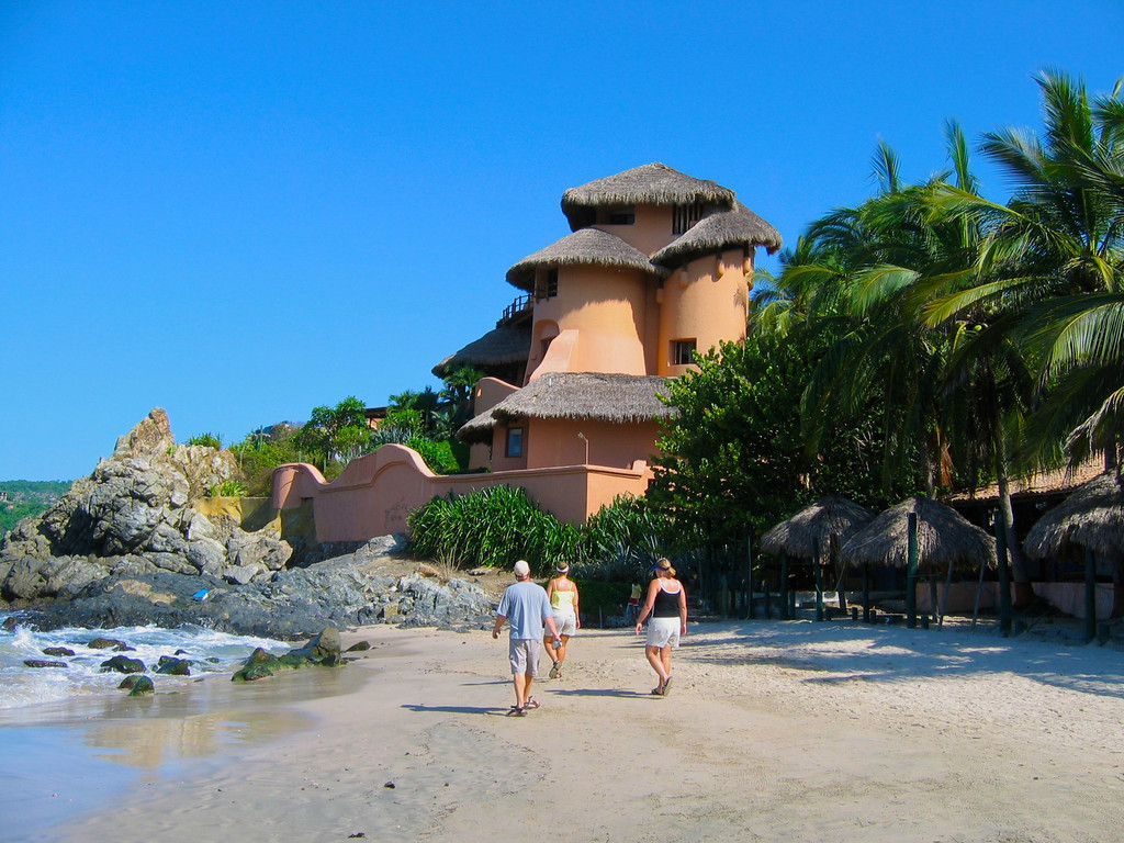 Towards the end of the beach is another award winning hotel, La Casa Que Canta.
