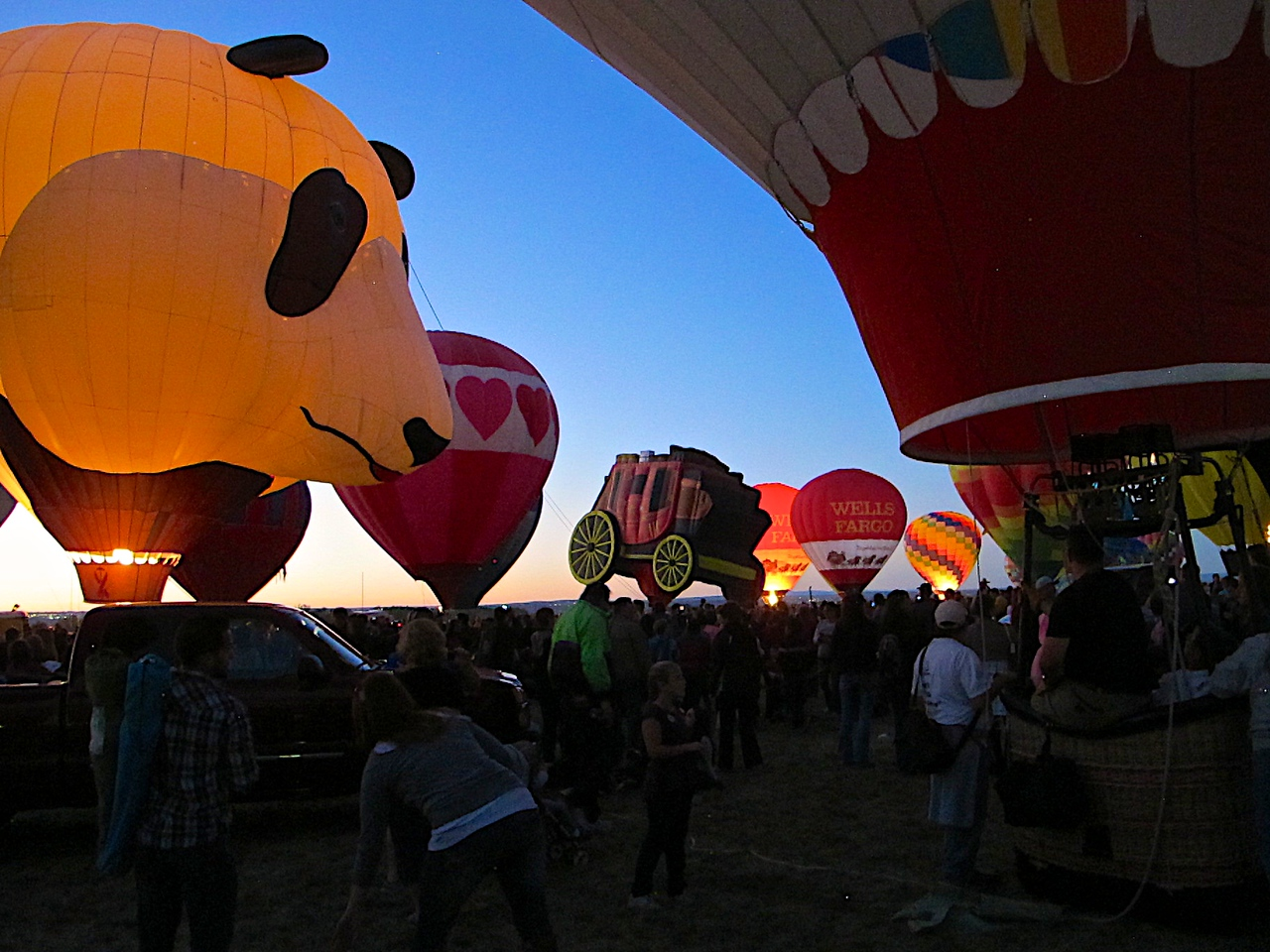 Balloon Fiesta launched its Balloon Glow the world's biggest in 1987. Fiesta Glow all burns when all the balloons fire their burners and light up at the same time are perhaps the most spectacular single moment in all of Balloon Fiesta. The Balloon Glows followed by New Mexico's most spectacular fireworks displays - are now among Balloon Fiesta's most popular events.
