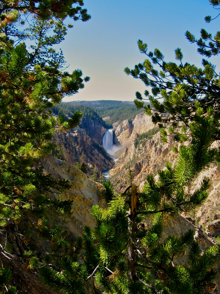 The canyon is approximately 24 miles long, between 800 feet (244m) and 1,200 feet (366m) deep and between one quarter of a mile (.45 km) and three quarters of a mile (1.2 km) wide.