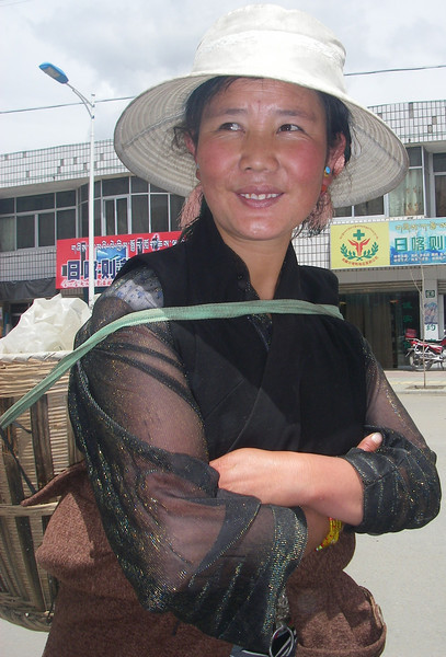 Tibetan woman. Lhatse  - Tibet (13,123ft/4.000m).
