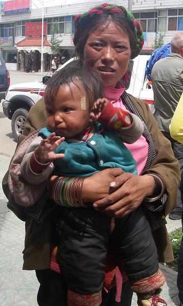 Tibetan mother. Lhatse  - Tibet (13,123ft/4.000m).