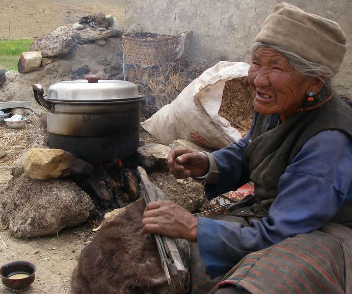 Tibetan woman. Friendship Highway close to Tingri  - Tibet (12,586ft/4.380m).