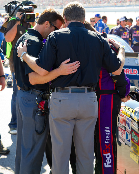 Hamlin Team Members Pray before 2010 Amp Energy Juice 500.