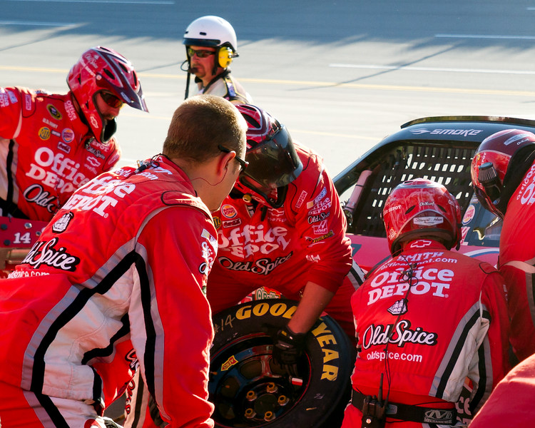 Steward Team Over the Wall on Pit Road at Talladega During The Amp Energy Juice 500.