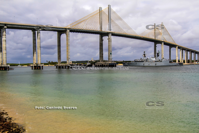 Navio da Marinha na ponte Newton Navarro