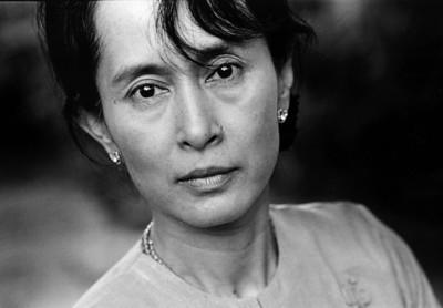 PortrÊt af den burmesiske oppositionsleder Aung San Suu Kyi. Hun er fotograferet i sin bungalow i Rangoon, Burma.