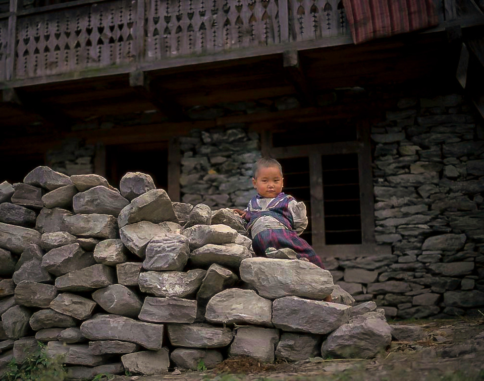 Child and stones, Langtang