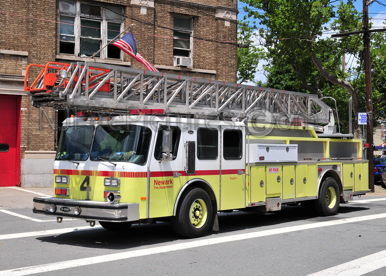 NEWARK, NJ LADDER 4 - 1991 E-ONE 110'
