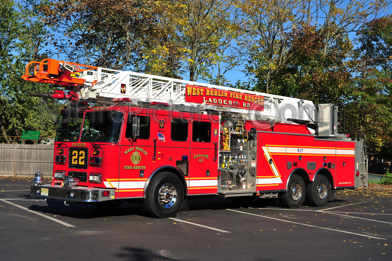 WEST BERLIN LADDER 22 - 2002 SEAGRAVE 2000/500/100'