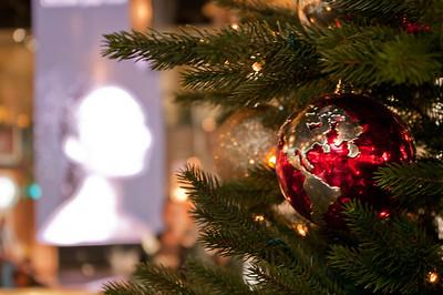 Na kosmopolitním místě kosmopolitní vánoční ozdoby
