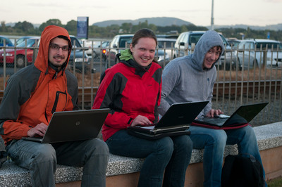 Open air IT centrum na ulici v Tauranze. Ulovit na NZ net je někdy docela dobrodružství.