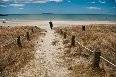 Na pláži bylo obrovské množství mušlí a škebliček. Nejdřív jsme jich nabrali hromadu - a pak je skoro všechny zase postupně vyházeli...